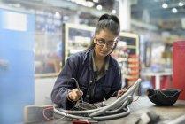 Жіночий учень електрик в автофабриці — стокове фото