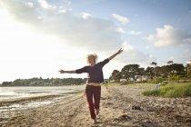 Mulher madura desfrutando de praia durante o dia — Fotografia de Stock