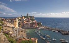 Підвищені подання Вернацца село і гавань, Чинкве-Терре, Італія — стокове фото