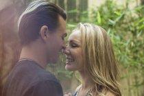 Joven pareja romántica, cara a cara, Sonriente, al aire libre - foto de stock