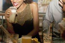Пара, насолоджуючись напоями у барі середині перерізу — стокове фото