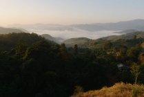 Vista panorâmica de Ban Yafu, aldeia, tribo das colinas, névoa e nascer do sol, Tailândia — Fotografia de Stock