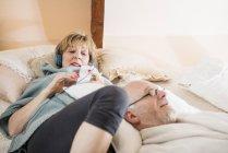 Пара лежачи на ліжку і розслабляючий разом — стокове фото
