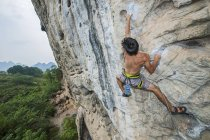 Мужчины альпинист, восхождение на белой горе - скалы известняка в Яншо, Гуанси-Чжуанском, Китай — стоковое фото