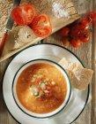 Vista superior de la porción de sopa de gazpacho con pan de ciabatta crujiente - foto de stock
