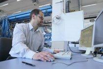 Gestionnaire de suivi des informations sur l'ordinateur dans les installations industrielles — Photo de stock