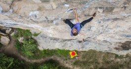 Vue d'angle élevé de mâle grimpeur escalade au Mont blanc - une falaise de calcaire de Yangshuo, Guangxi Zhuang, Chine — Photo de stock
