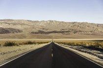 Краєвид з пряма дорога в Національний парк Долина смерті, Каліфорнія, США — стокове фото