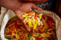 Обрізаний знімок чоловічої руки проведення сушать макаронних виробів — стокове фото