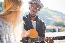 Paar lernt im Park Gitarre spielen — Stockfoto
