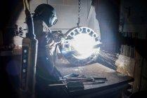 Робочий різання металу з електродугова зварник в ливарному — стокове фото
