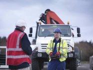 Обучение работников аварийной службы грузовым краном — стоковое фото