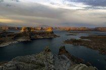 Вид на озеро Пауелл і каньйони на заході сонця, Alstrom точка, штат Юта, США — стокове фото
