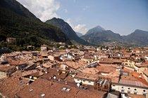 Vue aérienne des toits du village avec des montagnes sur fond — Photo de stock