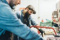 Dois homens maduros, trabalhando na garagem — Fotografia de Stock