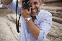 Ritratto di fotografo maschio con fotocamera reflex digitale, spiaggia di Ipanema, Rio De Janeiro, Brasile — Foto stock