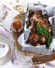 Vue de dessus des cuisses de poulet avec du sel de citron piment et basilic — Photo de stock