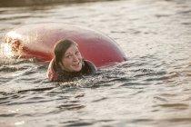 Mid femme adulte tombant dans l'eau avec kayak — Photo de stock