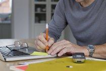 Крупним планом зрілих бізнесмен, робота на дому — стокове фото
