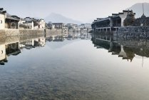 Traditional houses by river, Hongcun Village, Anhui Province, China — Stock Photo
