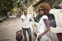 Coppia in arrivo in limousine e in piedi all'aperto — Foto stock
