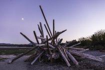 Tronchi di latifoglie accatastati sulla spiaggia al tramonto, Rathrevor Beach Provincial Park, Vancouver Island, British Columbia, Canada — Foto stock