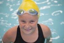 Портрет школьницы-пловчихи в бассейне — стоковое фото