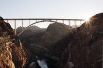 Sol pedras iluminadas e ponte sobre o rio colorado — Fotografia de Stock