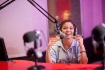 Giovane donna che trasmettono in studio di registrazione, ritratto — Foto stock