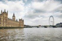 Vista para a London Eye e as casas do Parlamento, Londres, Reino Unido — Fotografia de Stock