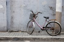 Old bicycle parked on street sidewalk — Stock Photo