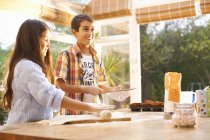 Kinder machen Teig in der heimischen Küche — Stockfoto
