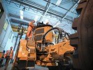 Інженери оглядають землі рухомих вантажівок — стокове фото