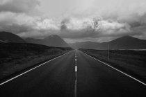 Montagnes et route droite — Photo de stock