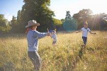 Groupe de petits garçons jouant dans un champ — Photo de stock