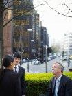 Uomini d'affari che parlano per strada — Foto stock
