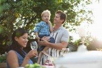 Familie beim Abendessen im Garten — Stockfoto