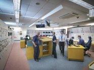 Ingenieure arbeiten im Simulator für die Schaltzentrale eines Atomkraftwerks — Stockfoto