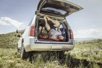 Зрелый человек и сын-подросток, выйти из дорожного транспортного средства, Бриджер, Монтана, США — стоковое фото