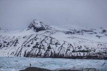 Uomo in piedi al Parco nazionale di Skaftafell, Vatnajokull, Islanda — Foto stock
