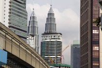 Вид монорейковими та Petronas Towers, Куала-Лумпур, Малайзія — стокове фото