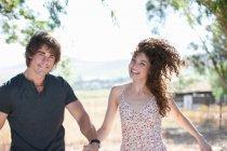 Пара держащихся за руки на улице — стоковое фото