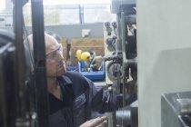 Взрослый кавказский мужчина работает в шлифовальном цехе — стоковое фото
