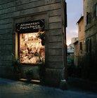 Витрина магазина ночью, Сиена, Тоскана, Италия — стоковое фото