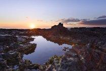 Vista panorâmica da paisagem rochosa com lago ao pôr do sol, Reykjanes, Islândia — Fotografia de Stock