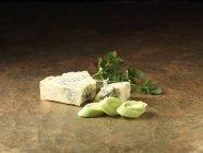 Affettato di porri, formaggio stilton e coriandolo sul bancone della cucina — Foto stock
