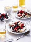 Натюрморт миндаля и ягоды pavlovas — стоковое фото