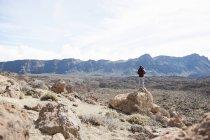 Mitte erwachsenes paar stehen auf Felsen, Teide-Nationalpark — Stockfoto