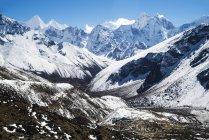 Живописный вид на заснеженные горы с голубым небом — стоковое фото