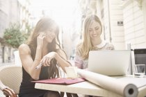 Zwei junge Freundinnen unter brechen am Bürgersteig Café, Valencia, Spanien — Stockfoto